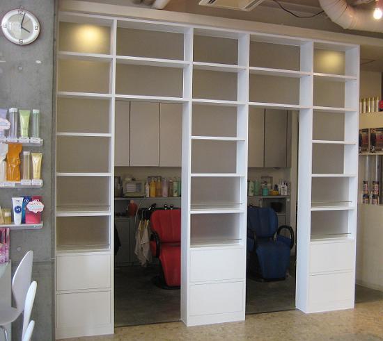 目隠しとディスプレイ機能を兼ねた間仕切り家具